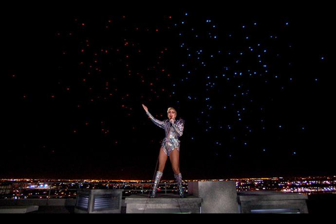 Lady Gaga z dronami Intela podczas występu na Super Bowl 2017