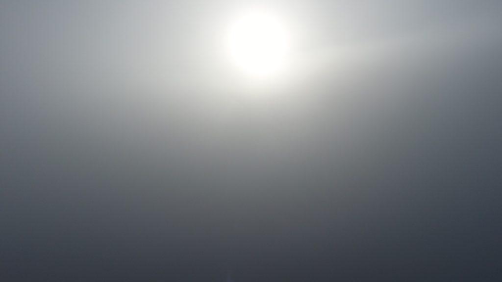 Lot dronem we mgle - 100m nad ziemią