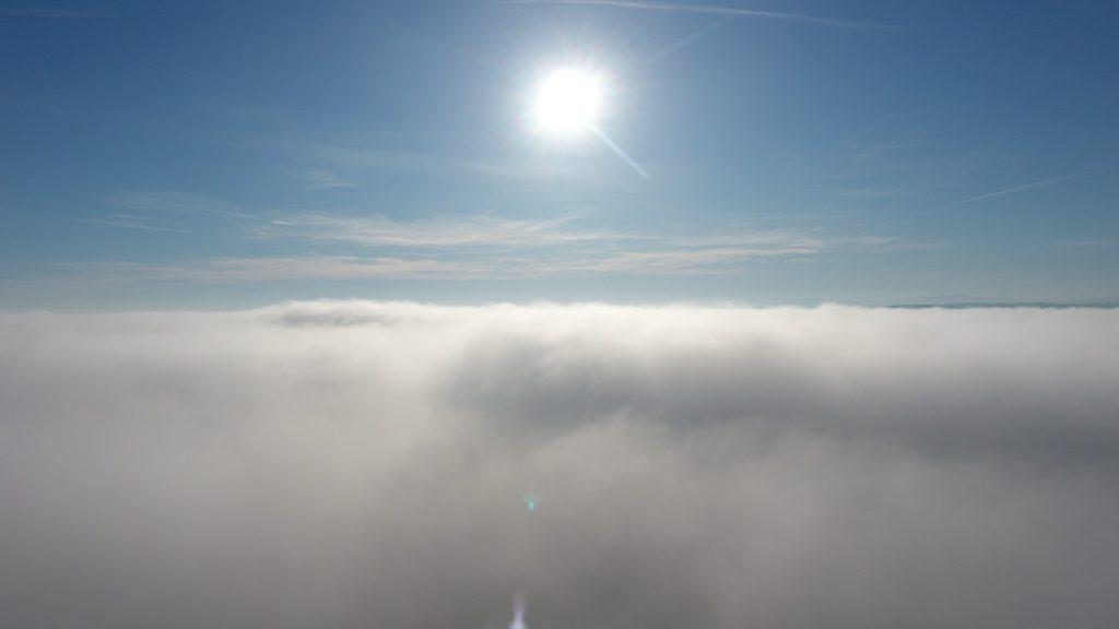 Lot dronem we mgle - 150m nad ziemią