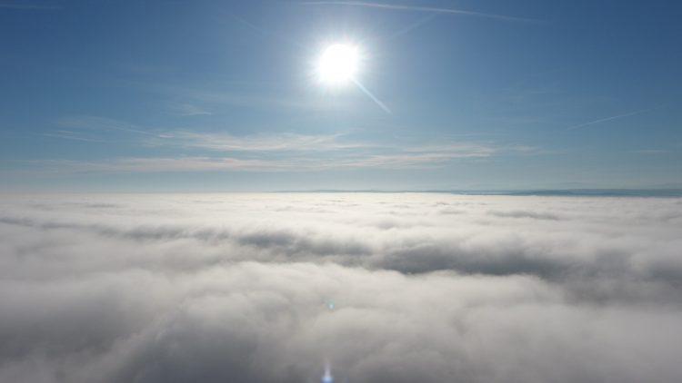 Lot dronem we mgle - 200m nad ziemią