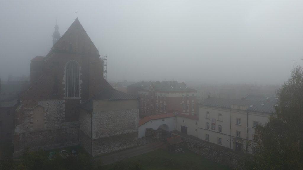 Lot dronem we mgle - 25m nad ziemią
