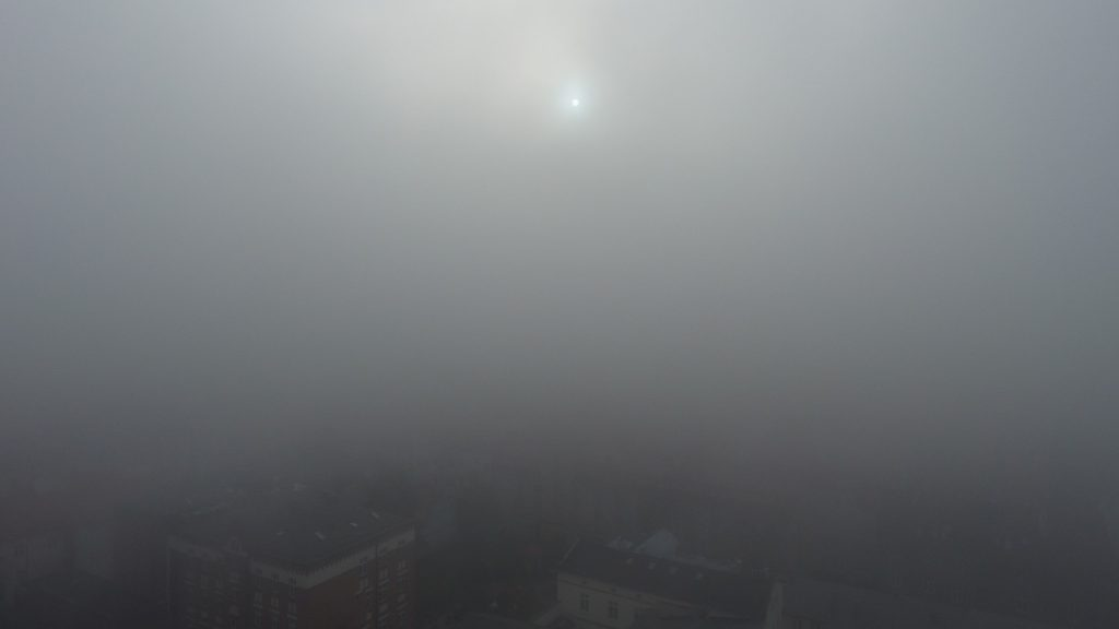 Lot dronem we mgle - 50m nad ziemią