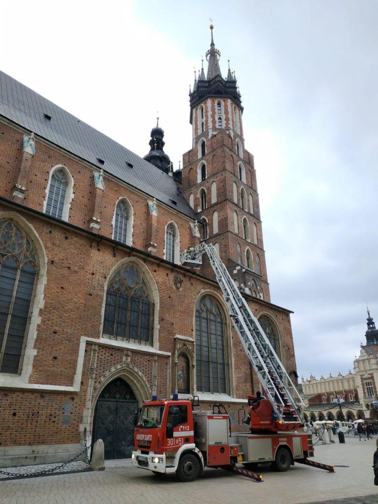 Dron na dachu Kościoła Mariackiego w Krakowie