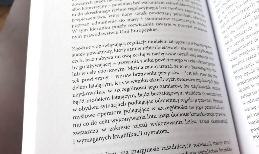 """Fragment książki """"Prawo dronów"""" wydawnictwa Wolters Kluwer"""