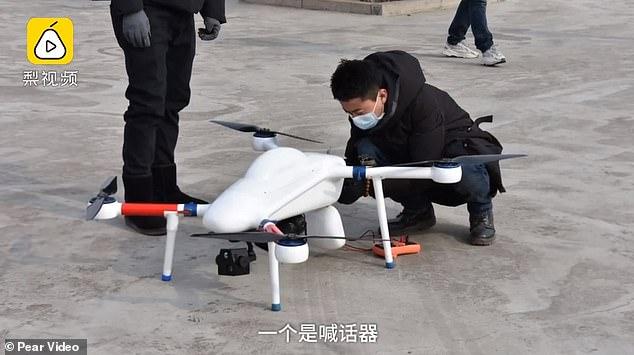 Dron wyposażony w kamerę termalną sprawdza temperaturę przechodniów