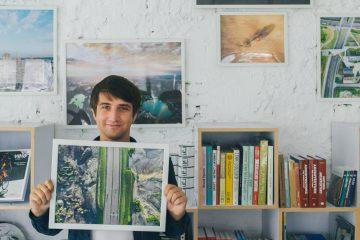 Wojciech Radwański ze swoimi plakatami